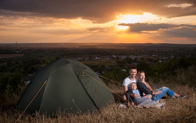 Famille, séance, camp, tente, colline Photo Premium