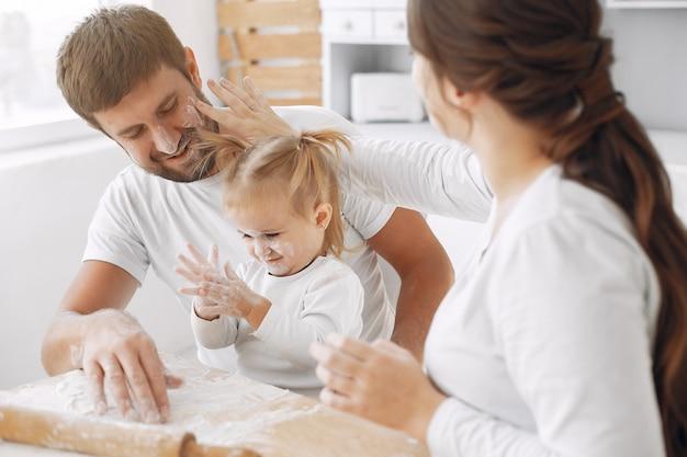 Famille, Séance, Cuisine, Cuire, Pâte, Biscuits Photo gratuit