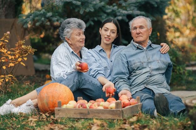 Famille, Séance, Jardin, Pommes, Potiron Photo gratuit