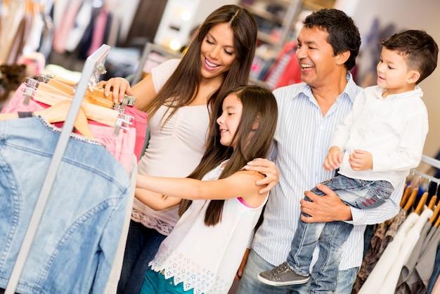 Famille shopping dans le centre commercial Photo Premium