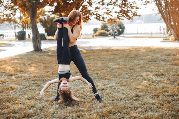 Famille sportive dans un parc d'été Photo gratuit