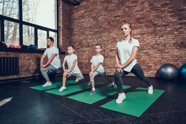 Famille sportive impliquée dans le sport avec des enfants Photo Premium