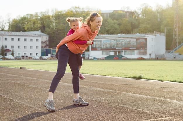 Famille sportive joyeuse Photo Premium