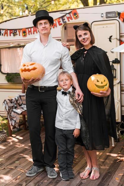 Famille De Tir Complet Posant Ensemble Photo gratuit