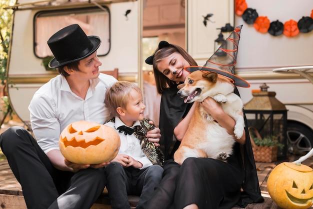 Famille De Tir Moyen Avec Chien Mignon Photo gratuit