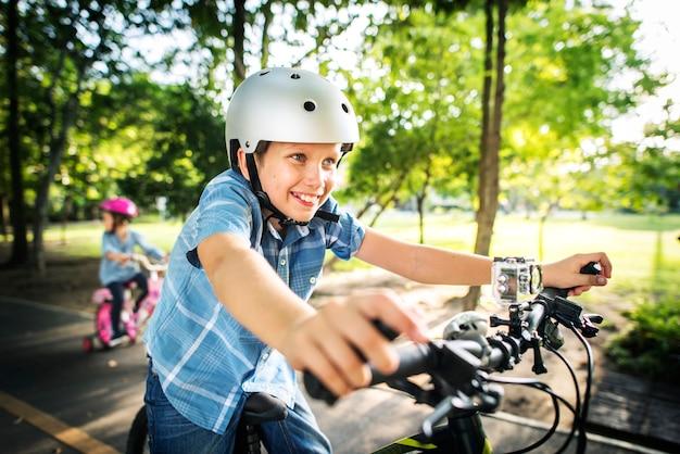 Famille à vélo dans le parc Photo Premium