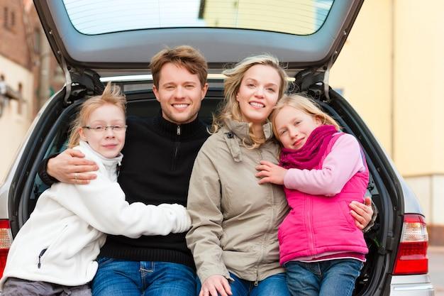 Famille en voyage en voiture assis à l'arrière Photo Premium