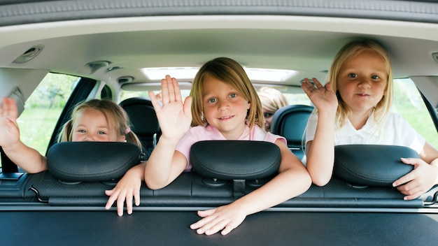 Famille voyageant en voiture Photo Premium