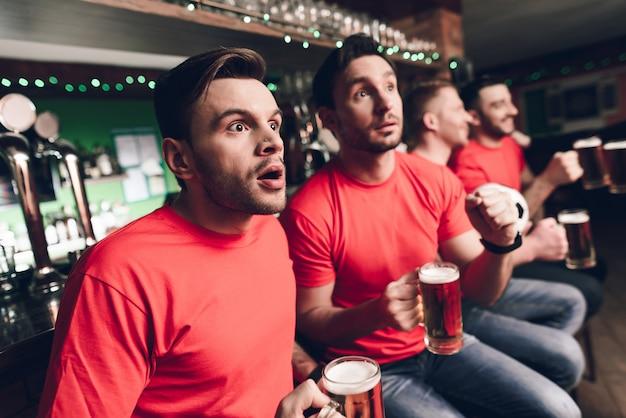 Les fans de football attendent le but au bar des sports Photo Premium