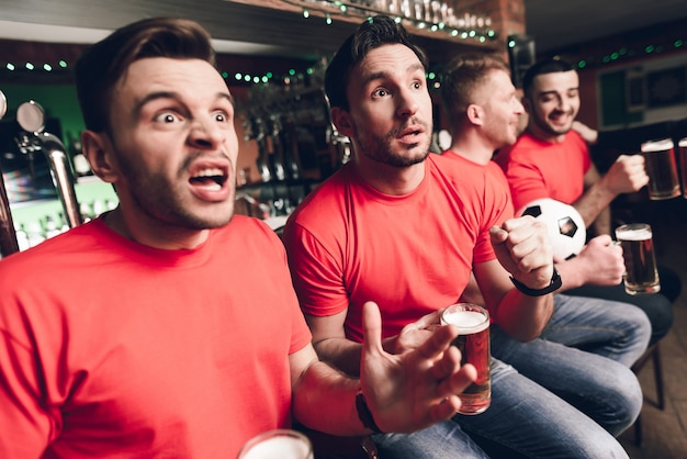 Les fans de football attendent le but au bar des sports. Photo Premium