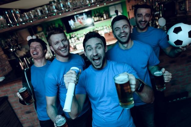 Les fans de football célèbrent but et boire de la bière. Photo Premium
