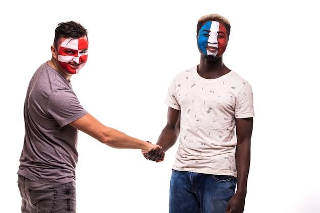 Les Fans De Football Des équipes Nationales De Croatie Et De France Avec Visage Peint Se Serrent La Main Sur Fond Blanc Photo gratuit