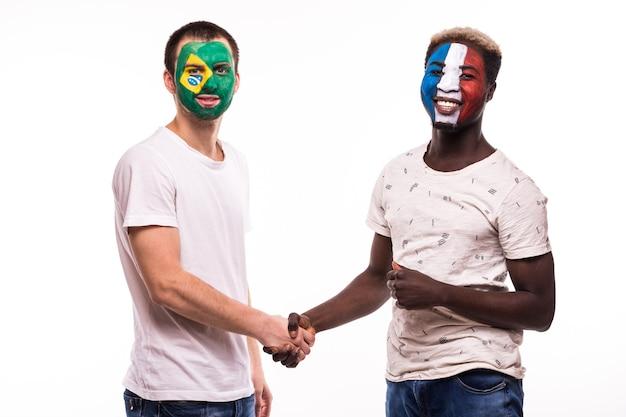 Les Fans De Football Des équipes Nationales Du Brésil Et De France Avec Visage Peint Se Serrent La Main Sur Fond Blanc Photo gratuit