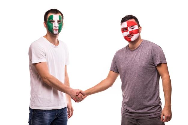 Les Fans De Football Des équipes Nationales Du Nigéria Et De La Croatie Au Visage Peint Se Serrent La Main Photo gratuit