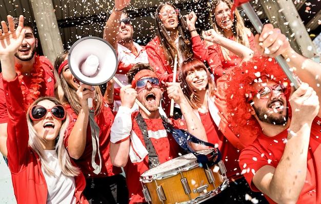 Fans De Supporters De Football Applaudissant Avec Des Confettis Au Match De Football International - Composition D'angle Néerlandais Photo Premium