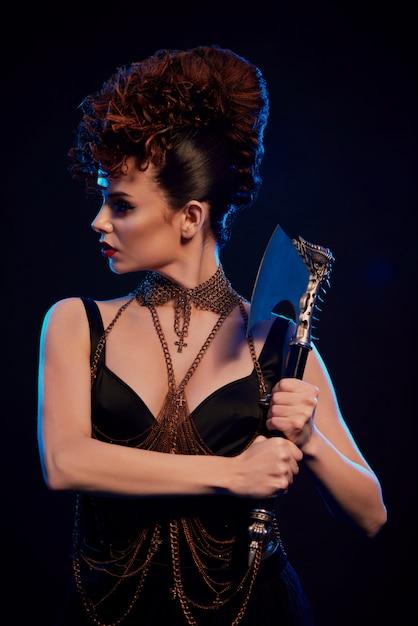 Fantastique Femme Tenant Une Hache Pointue Avec Des épines Photo Premium