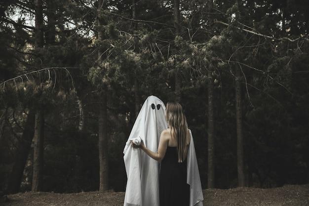Fantôme et dame embrasser dans parc Photo gratuit