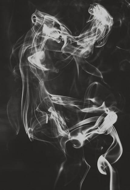 Fantômes de fumée abstraite sur fond noir Photo Premium