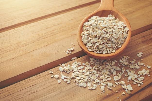 La farine d'avoine est placée sur un bois brun. Photo gratuit