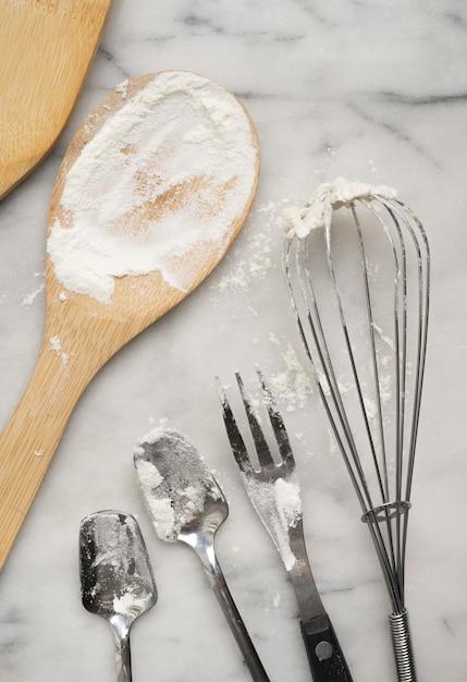 Farine Et Crème Sur Les Couverts Photo gratuit