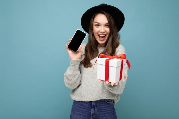 Fascinant Heureux Joyeuse Jeune Femme Brune Isolée Sur Fond Bleu Mur Portant élégant Photo Premium