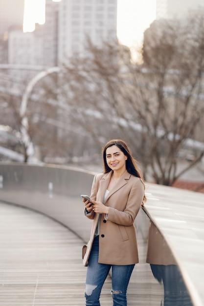 Fashion girl marchant dans un parc de sspring Photo gratuit