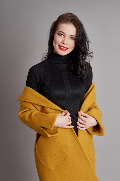 Fashion girl printemps manteau printemps usure. manteau brillant Photo Premium