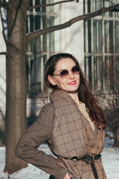 Fashion Street Style Belle Fille En Vêtements D'hiver Photo Premium