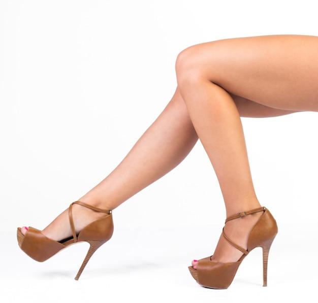 Fashion Woman Legs. Isolé Sur Blanc Photo gratuit