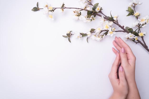 Fashionrt portrait femme fleurit dans sa main avec un maquillage contrastant vif. Photo Premium