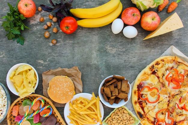 Fastfood et nourriture saine sur le vieux bois Photo Premium