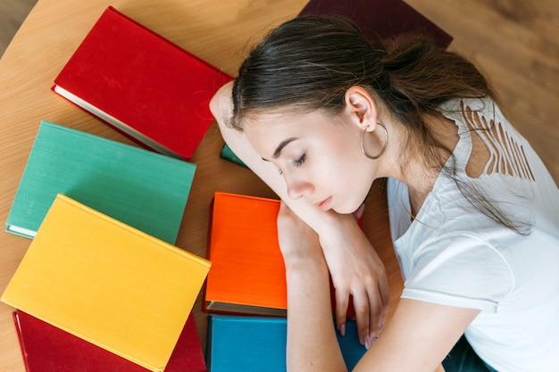 Fatigué, étudiant, dormir, livre, à, bibliothèque Photo Premium