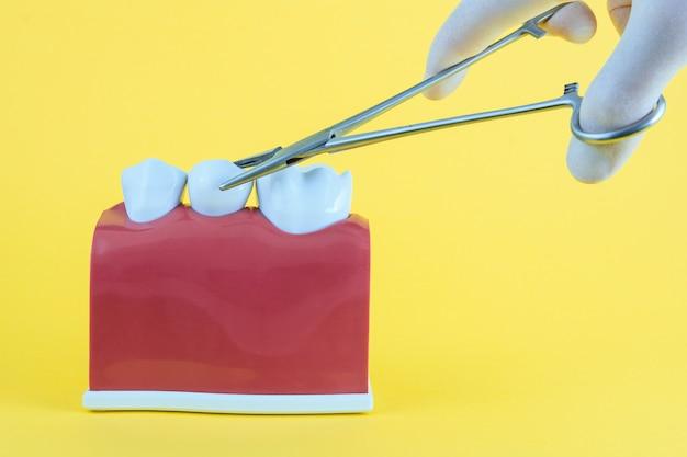Fausse bouche jaune avec brosse à dents Photo Premium