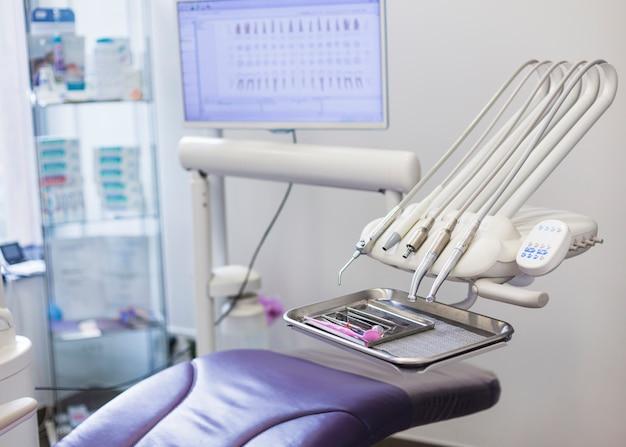 Fauteuil dentaire moderne et instruments en clinique Photo gratuit