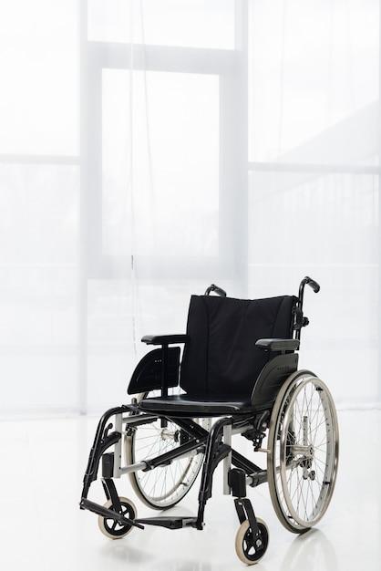Fauteuil roulant solitaire dans le hall Photo gratuit