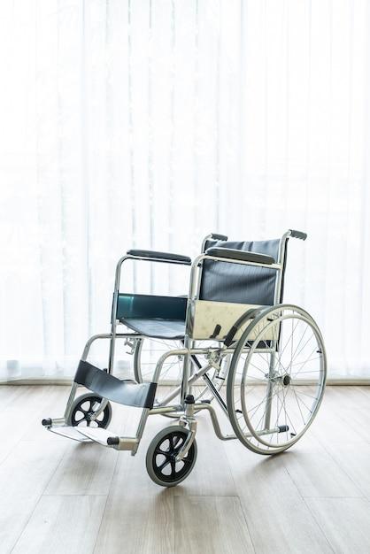 Fauteuil roulant vide dans une chambre Photo Premium