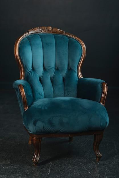 Fauteuil Vintage Confortable Sur Fond Noir Photo gratuit