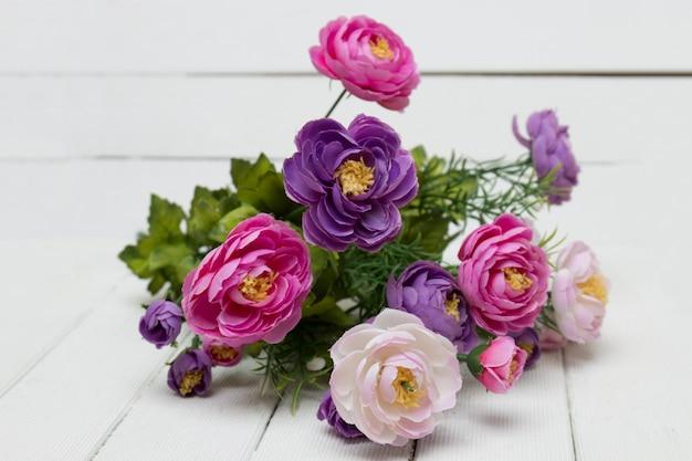 Faux bouquet de fleurs isolé sur fond blanc. Photo Premium
