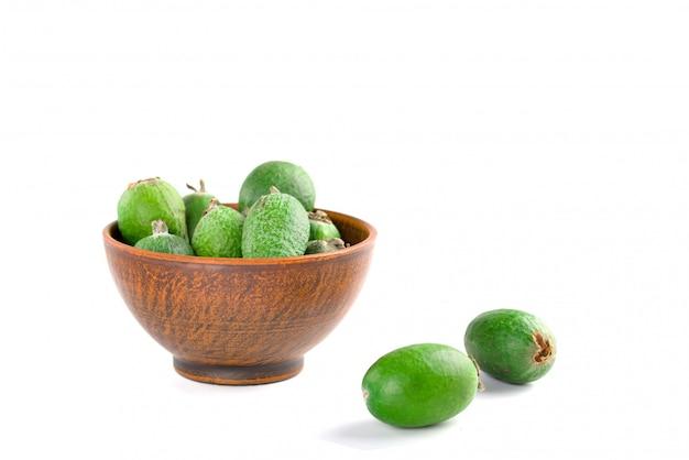 Feijoa Juteux Et Mûr Isolé Sur Blanc Fruits D'automne Sains. Photo Premium