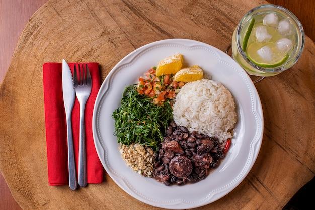 Feijoada Traditionnelle Brésilienne Sur Une Assiette Photo Premium