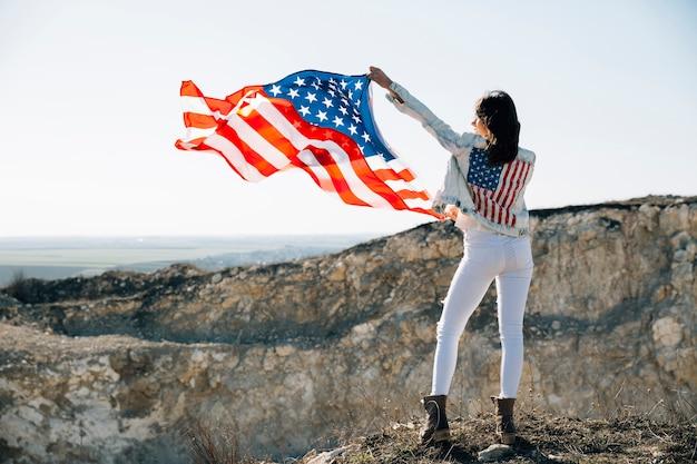 Femelle adulte, élever mains, à, drapeau usa Photo gratuit
