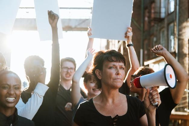 Féministe avec un mégaphone lors d'une manifestation Photo Premium