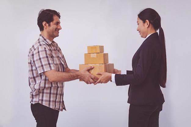 Femme acceptant recevoir une livraison de boîtes de livraison homme asiatique Photo Premium