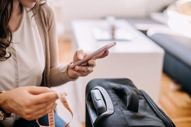 Femme, Achat, Billet Avion, Sur, Téléphone Photo Premium