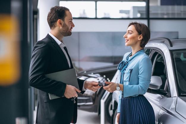 Femme achetant une voiture Photo gratuit