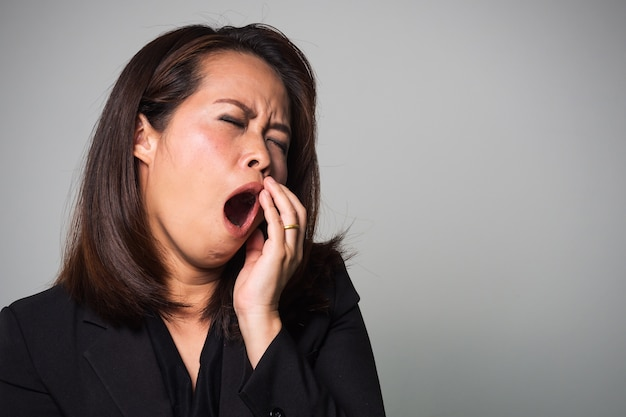 Femme adulte asiatique bâille. émotion fatiguée et endormie. Photo Premium