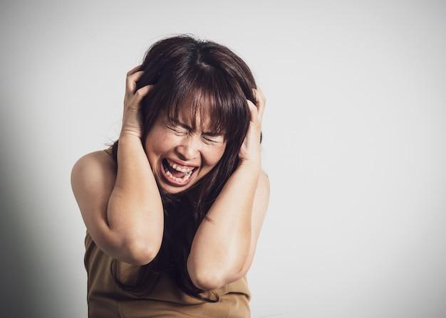 Femme adulte asiatique hurlant. Photo Premium
