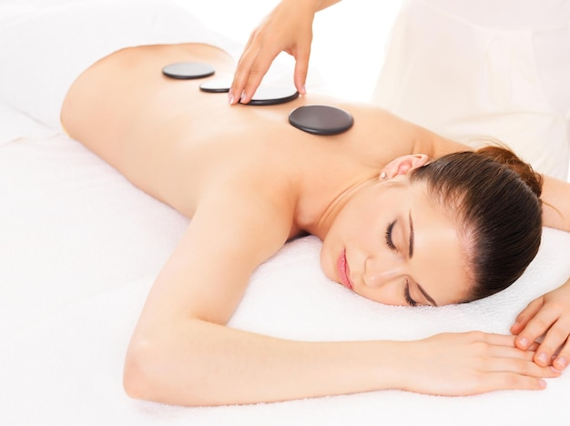 Femme Adulte Ayant Un Massage Aux Pierres Chaudes Dans Un Salon De Spa. Concept De Traitement De Beauté. Photo gratuit