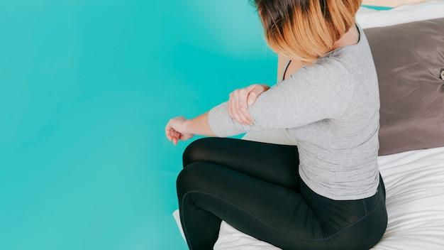 Femme adulte avec coude douloureux Photo gratuit
