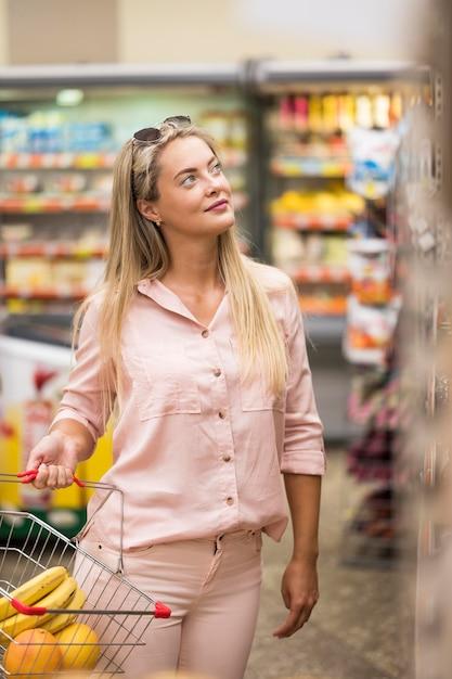 Femme Adulte élégante, Faire Du Shopping Au Supermarché Photo gratuit